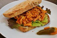 Sandwich de pollo a la bbq hecho en la salsera Le Creuset. Por Madeleine Cocina