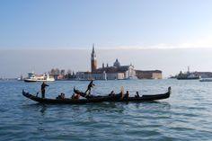 Góndolas en #Venecia, al fondo San Giorgio Maggiore, de Andrea Palladio. http://www.venecia.travel/lugares-para-visitar/basilica-de-san-giorgio-maggiore-de-venecia/ #turismo #viajar #Italia