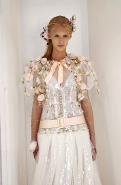 Chanel -The most beautiful details Chanel Fashion, Runway Fashion, Fashion Outfits, Chanel Wedding Dress, Wedding Dresses, Costumes Couture, Mode Chanel, High Fashion Looks, Costume Tutorial