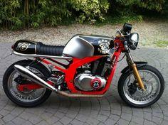 Gs500 Cafe Racer, Brat Cafe, Cafe Racer Build, Guitar Design, Scrambler, Custom Bikes, Bobber, Cars And Motorcycles, Yamaha