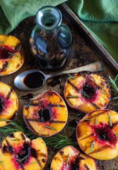 Pêssegos grelhados com vinagre balsâmico e alecrim / Grilled Peaches with Rosemary & Balsamic Vinegar