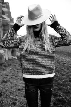 Lina Tesch wearing a REPLAY Pullover. Check out the Pullover here: https://www.replayjeans.com/de/shop/product/preview/damen/sweater-und-strickpullover/gestreifter-pullover-aus-wollmischgarn-mit-mohair/pc/151/c/163/sc/170/3162 #replay #replaygermany #linatesch