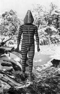 Die Representation des Ulen-Geist sollte die Zuschauer während des Hain-Rituals zum Lachen bringen, einem Ritus, an dem nur Männer teilnahmen und der das Gemeinschaftsgefühl stärken, Selk'nam (Onas), Tierra del Fuego, Argentina, 1923, photo: Martin Gusinde.