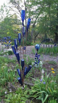 Details über 5 ft Swirl von Bottle Tree Creations 1000 OFF Wine Bottle Garden, Wine Bottle Trees, Wine Bottle Art, Wine Bottles, Blue Bottle, Garden Crafts, Garden Projects, Garden Ideas, Diy Garden