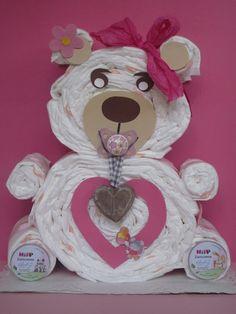 Knuddeliger Teddybär aus Windeln... Die ideale Geschenkidee zur Geburt oder Taufe!  Der angebene Preis bezieht sich auf die folgende Standard-Ausführung: ♥ 35 Windeln, Größe MIDI (4 - 9 kg,...