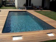 Une piscine bien encadrée de lattes de bois. Un petit coin idéal pour se rafraîchir lorsqu'il fait chaud ! Réalisée par MARINAL