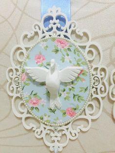 ESCAPULÁRIO BRANCO E AZUL    Escapulário em mdf, revestido de tecido floral azul, detalhes em pérolas e strass, com imagens de Nossa Senhor...