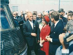 John Glenn, standing next to his Friendship 7 capsule in which he made his historic orbital flight, meets with President John F. Glenn stands next to her husband. Mercury Seven, Project Mercury, John Glenn, Nasa Missions, Nasa Images, Nasa History, Service Awards, Astronauts In Space, Space Race
