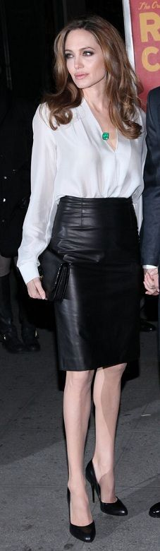 Moda - Angelina Jolie - blusa - branca - cetim - saia - lapis - couro - Preta - sapato - elengante - elegant - fashion - look - style - estilo - chic - inspiration - inspiração - classic - clássico - classy - blouse - White - Satin - skirt - pencil - Leather - Black - shoe