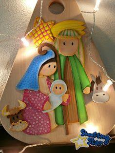 Pesebre de goma eva sobre tabla de corte ~ Shooting Star Manualidades Paper Christmas Ornaments, Christmas Nativity, Christmas Wood, Christmas Crafts, Christmas Decorations, Xmas, Santa Claus Is Coming To Town, Christmas Paintings, Sewing Toys