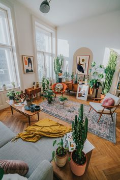 living room with large cacti, vintage furniture and modern abstract art Vintage Modern Living Room, Retro Living Rooms, Eclectic Living Room, Vintage Room, Living Room With Plants, Rugs In Living Room, Living Room Decor, Bedroom Decor, Living Room Inspiration