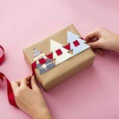 Eine leicht umzusetzende Idee für schöne Weihnachtspäckchen ... ok, ich würde die Farben wohl ein wenig anders wählen;-) Gefunden auf brit.co