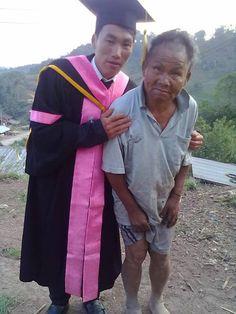 Esta emotiva foto habla de la superación de obstáculos a pesar de las condiciones que se tengan de vida. Capta el momento en que un pobre agricultor recibe a su hijo recién graduado de la carrera. - See more at: http://culturacolectiva.com/la-condicion-humana-en-30-fotografias/#sthash.mlcAtULH.dpuf
