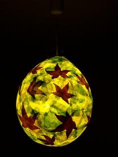 selbst gebastelte Lampe aus einem Ballon mit Amberblättern
