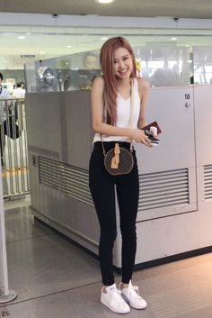 Your source of news on YG's biggest girl group, BLACKPINK! Please do not edit or remove the logo of any fantakens posted here. Blackpink Outfits, Kpop Fashion Outfits, Blackpink Fashion, Korean Fashion, Kim Jennie, Kpop Mode, Blackpink Photos, Kim Jisoo, Airport Style