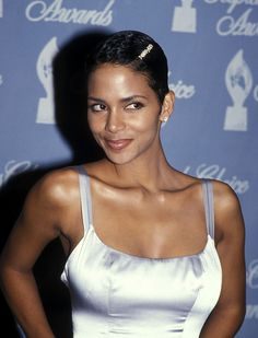 At 52 years old, Halle Berry doesn't look a day over Here are 49 photos that prove her amazing body and beautiful skin have not aged through the years. Halle Berry Sexy, Halle Berry Style, Halle Berry Hairstyles, Celebrity Hairstyles, Ohio, Kingsman, Cleveland, Hally Berry, Hair Photo