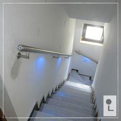 kwart draai trap voorzien van een rvs trapleuning met het multicolour touch dim led verlichtingssysteem