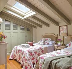 Why attic bedrooms are so cool? Today we share attic bedrooms full of beauty, we are sure that you'll want them as master bedrooms in your home. Loft Room, Bedroom Loft, Home Bedroom, Attic Bedrooms, Shabby Chic Bedrooms, Attic Design, Room Interior Design, Decoration Chic, Bedroom Photos