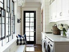 aménager sa buanderie, plusieurs fenêtres lumineuses, banquette blanche, grands placards blancs