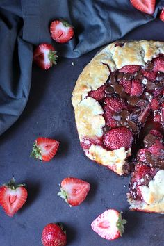 A buttery, super easy homemade pie crust holds a filling of sweetened vanilla bean infused strawberries and milk chocolate chips. This Strawberry Chocolate Galette may sound fancy, but it's the… Homemade Ranch Mix, Refrigerator Jam, Homemade Pie Crusts, Cream Cheese Filling, Chocolate Strawberries, Easy Desserts, A Food, Food Processor Recipes, Blueberry