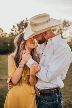 Western Family Photos, Western Engagement Photos, Engagement Photo Poses, Engagement Shoots, Engagement Photography, Winter Engagement, Beach Engagement, Fall Couple Pictures, Couple Picture Poses