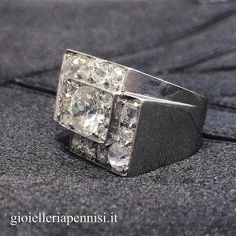 Art Deco platinum and diamond ring. Italy, 1930.