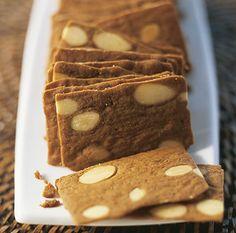 Les Pains d'Amandes des Flandres  Biscuit très répandu dans les Flandres françaises et belges, est un biscuit d'une finesse extrême au goût unique.  Truffé d'amandes effilées, il est croustillant en bouche une saveur unique et un parfum subtil.  Fabriqué avec du beurre et de la cassonade, le pain d'amandes a une belle couleur ambrée. Les amandes lui apportent un petit goût boisé très savoureux et la chicorée renforce son craquant.