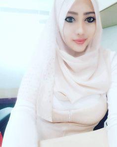 Arab Girls Hijab, Girl Hijab, Muslim Girls, Muslim Women, Polo Lacoste, Arabian Beauty, Hijab Niqab, Hijab Style, Hijab Fashion