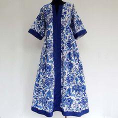 Longue robe d'intérieur kaftan ample en coton motifs fleurs bleues sur fond…