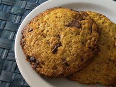 """""""Peanut butter cookies (e non scordiamoci le gocce di cioccolato)"""". Il burro d'arachidi è buono anche spalmato sul muro, ma come ingrediente principale di biscotti grandi quanto il palmo della vostra mano è sicuramente ancora meglio!"""