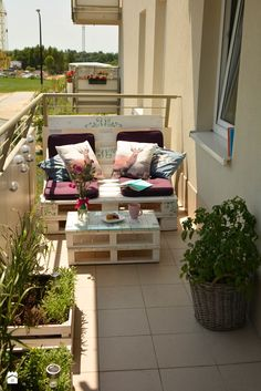 Building a Balcony Sofa: Tips and DIY Ideas for a Sofa made of Pale .- Balkon Sofa bauen: Tipps und DIY-Ideen für ein Sofa aus Paletten Build Balcony Sofa: Tips and DIY ideas for a sofa made of pallets by yourself # Balcony furniture - Small Balcony Garden, Small Balcony Decor, Outdoor Balcony, Outdoor Sofa, Outdoor Decor, Balcony House, Balcony Gardening, Balcony Ideas, Apartment Balcony Decorating