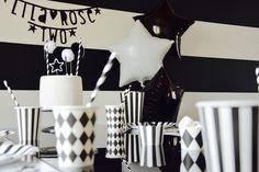 Coup de coeur pour cette fête d'anniversaire sur un thème black & white, photographiée et mise en scène par Audrey du blog http://www.ohmylilarose.com pour les 2 ans de sa petite Lila Rose. Articles de fête et vaisselle de table pour sur un thème black & white, à retrouver sur www.rosecaramelle.fr  #blackandwhite #noiretblanc #fete #party #anniversaire #birthday #deco #graphique