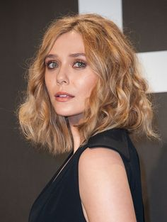 At an Avengers screening this week, Elizabeth Olsen nailed the menswear trend, all the while channeling both of her fashionable siblings with a single outfit comprised of only a few parts. Twinning with The Olsen… Elizabeth Olsen, Spring Hairstyles, Messy Hairstyles, Dying Your Hair, Bright Blonde, Fresh Hair, Elisabeth, New Hair Colors, Queen