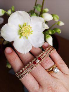 Wunderschönes und extravagantes Armband in aufwendiger Handarbeit hergestellt. Handgeklöppelt und mit roten Swarovskikristallen verfeinert. Charms, Swarovski, Lace Jewelry, Lace Making, Opera, Gold, Heart, Earrings, How To Make