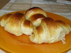 Ingrediente:  1kg faina alba  3 oua  1 cana si 1/2 lapte caldut  50 g drojdie  100 g zahar praf  coaja rasa de la o lamaie  250 g u... Croissant, Romanian Food, Romanian Recipes, Cake Recipes, Dessert Recipes, Sweet Dough, Pastry And Bakery, Bread Rolls, Easy Desserts