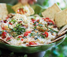 Denna varma, goda kronärtskocksdipp passar både att serveras till såväl bröd/kex som till grönsaksstavar. Dippen är smaksatt med vitlök, paprika, parmesan och basilika.