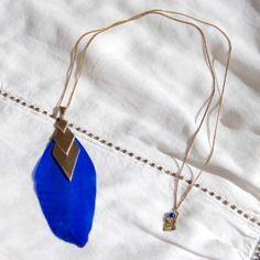Sautoir plume bleu roi, losange en laiton brut (doré) & perles de lapis lazuli, bijou ethnique / Myo jewel