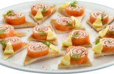 Roulés de saumon au fromage Ingrédients: 4 tranches de saumon fumé 1 barquette de fromage à tartiner 12 tranches de pain de mie ...