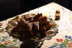 Gastro expert Rudolf Héger si pre nás tento raz pripravil recept na Rudolfove žerbo. Zákusok, ktorému neodoláte. Candy, Chocolate, Meat, Recipes, Food, Chocolates, Eten, Candles, Recipies