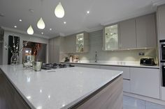 Soft+understated+tones+of+gloss+Cashmere+kitchen+units.