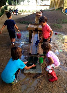 Una educación que cuida lo invisible a los ojos: escola Congrès-Indians Outdoor Learning Spaces, Kids Outdoor Play, Outdoor Play Areas, Diy Pond, Home Daycare, Natural Playground, Outdoor Classroom, Toddler Play, Water Treatment