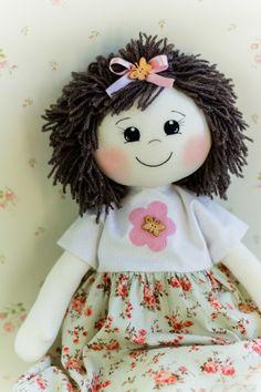 Manu, uma fofura de boneca confeccionada em malha, tricoline, lã, feltro e muitos detalhes. <br> <br>Mede 53 centímetros.