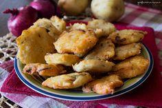 Sono ottime e semplici da preparare le frittelle di patate e cipolle rosse, sono anche leggere perché senza uova e senza latticini.