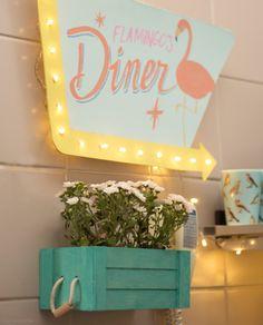 Cozinha também é lugar de decoração caprichada. Vejam o luminoso criado pelo morador dessa casa. Alguém se arrisca? Mais ideias em www.historiasdecasa.com.br #decoração #DIY #todacasatemumahistoria