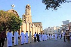 Египет. Мусульмане защищают христиан в Египте во время рождественского богослужения.