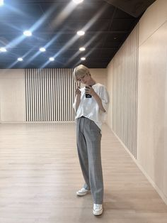 """Same angle, different post 2 (feat. stained with Ddeokbeoki sauce) + copying Yeonjunje hyung (why is the light spreading for me. Moda Kpop, Kpop Outfits, Kpop Fashion, Airport Fashion, Airport Style, K Idols, South Korean Boy Band, Shinee, Good Music"