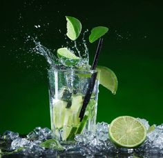 Ice and Cocktail Background Cocktail Photography, Splash Photography, Fruit Photography, Photography Projects, Cocktail Pictures, Bubble Drink, Fruit Splash, Cocktails, Beer Recipes