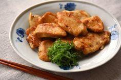 いちばん丁寧な和食レシピサイト、白ごはん.comの『鶏むね肉の香味ソテーの作り方』を紹介しているレシピページです。鶏むね肉は切る方向に気を付けて、生姜のしぼり汁を合わせれば、しっとり柔らかに仕上がります。仕上げに醤油をふって香ばしく、大葉との相性も抜群です!
