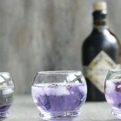 """Erinnerst du dich noch an Stimmungsringe aus der Kindheit? Jetzt kann auch Gin die Farbe wechseln: der """"The Illusionist Dry Gin"""" färbt sich von Blau zu Violett über Pink – bis hin zu Zartrosa. Unsere Stimmung? Wir sind in Trinklaune! #daskochrezept #gintonic #gin #blauerdrink"""