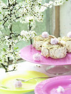 Ljuvliga marängbakelser förtjänar lika ljuvligt tårtfat! Apple blossom on pink cakeplate from JellyBean Sweden. #jellybeansweden, http://www.jellybean.se/produkter/tartfat/tartfat.html